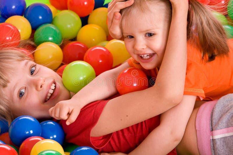 Fille de l'anniversaire deux dans la chemise de sport avec la bille. photographie stock