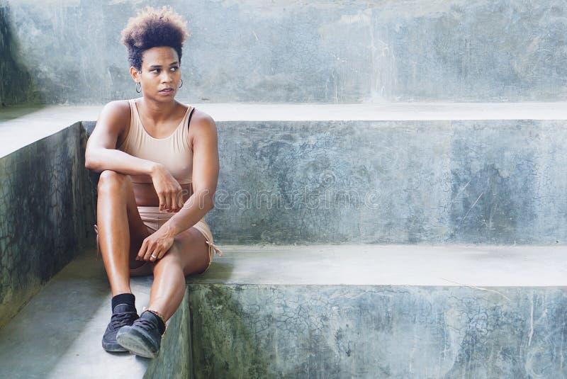 fille de l'Asie et du Pacifique d'athlète d'insulaire avec Afro après la séance d'entraînement exécutant exerçant des routines photo libre de droits