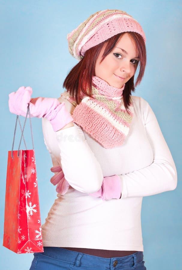 Fille de l'hiver avec le sac à provisions photographie stock