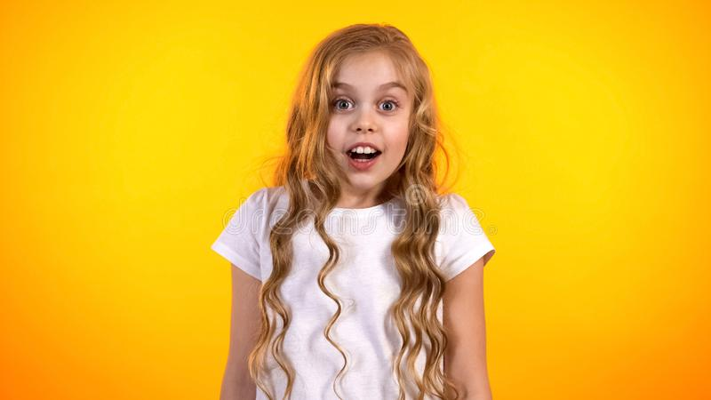 Fille de la préadolescence drôle étonnée avec de bonnes nouvelles, présent de attente d'enfant, joie images stock