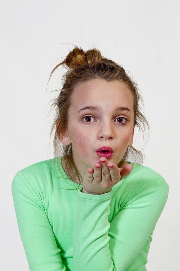 Fille de la préadolescence soufflant un baiser photos libres de droits