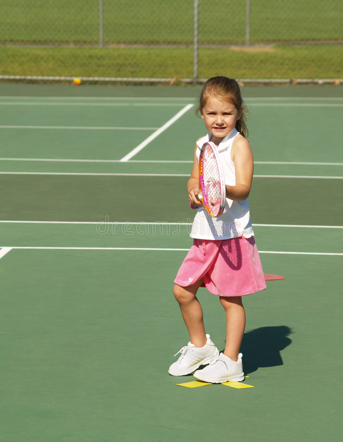 Fille de leçon de tennis image stock