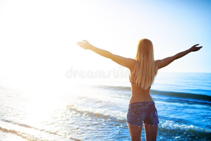 Fille de liberté à la plage dans un jour ensoleillé photographie stock libre de droits