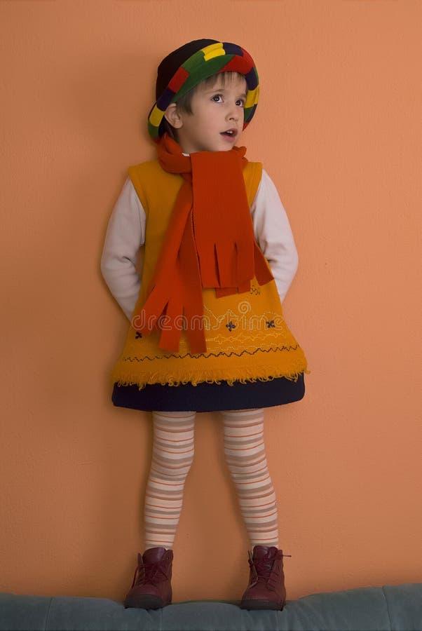 Fille de Litle dans la robe orange   photo stock