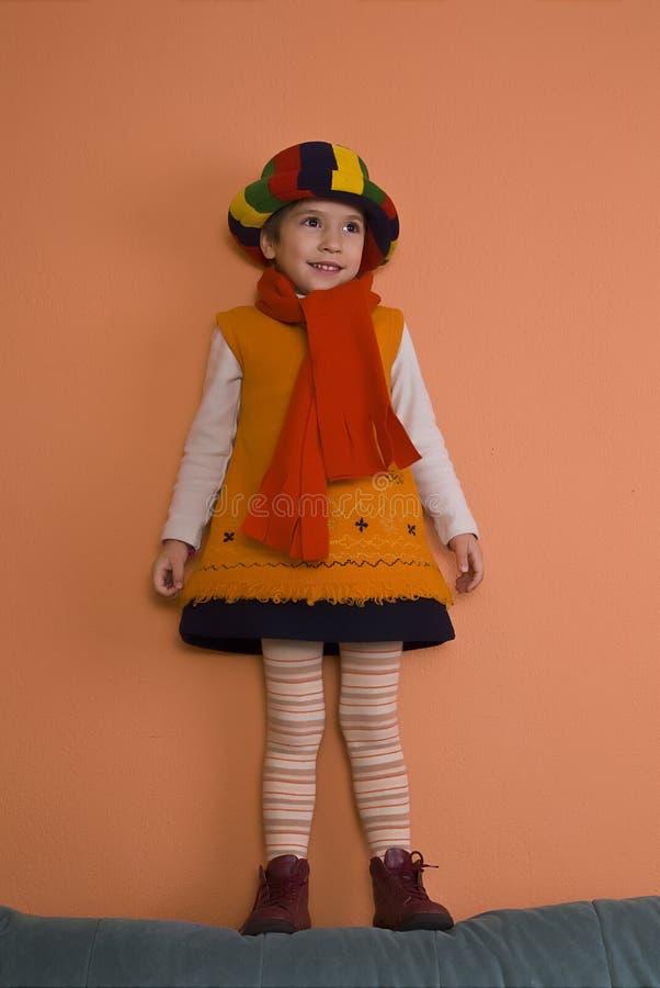 Fille de Litle dans la robe orange image stock