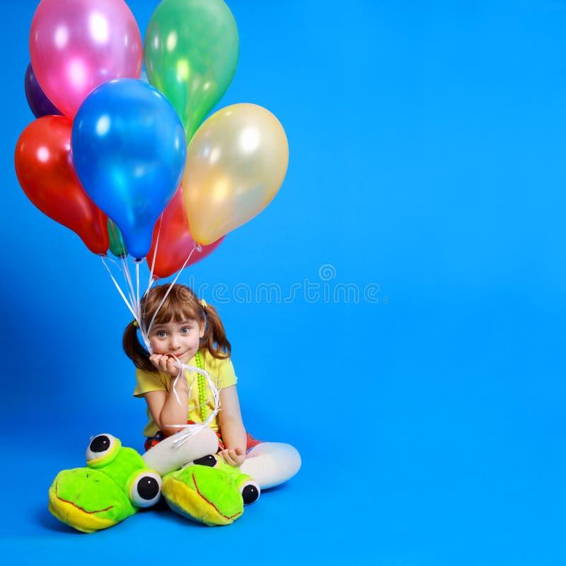 Fille de Llittle retenant les ballons colorés photographie stock libre de droits
