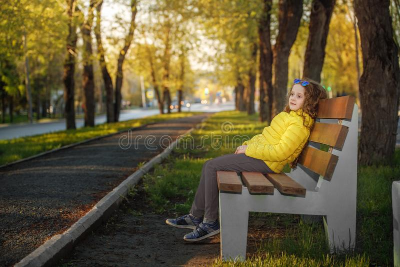 Fille de Llittle se reposant en parc d'automne image libre de droits