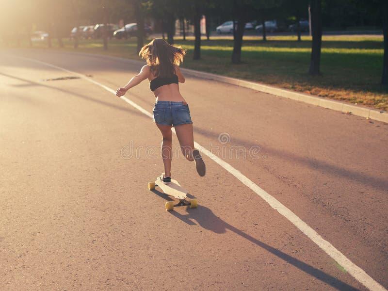 Fille de Longboard photos libres de droits