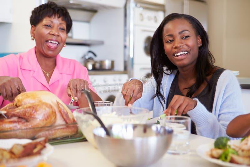 Fille de mère et d'adulte ayant le repas de famille au Tableau images stock