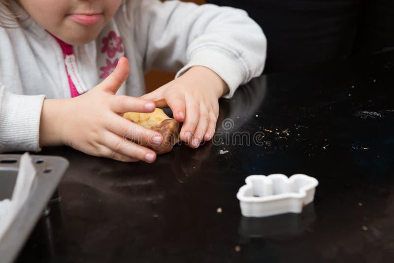 Fille de maman faisant cuire au four ensemble image libre de droits