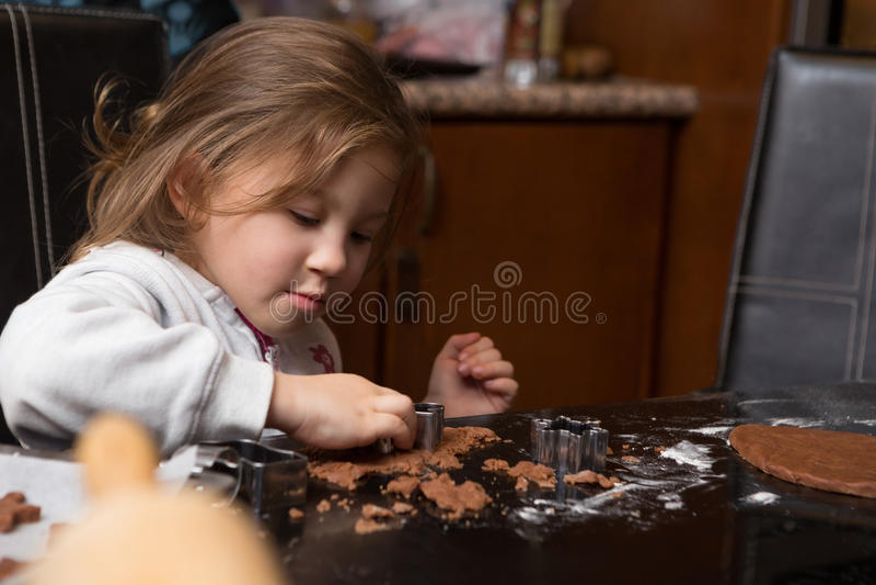 Fille de maman faisant cuire au four ensemble photo stock