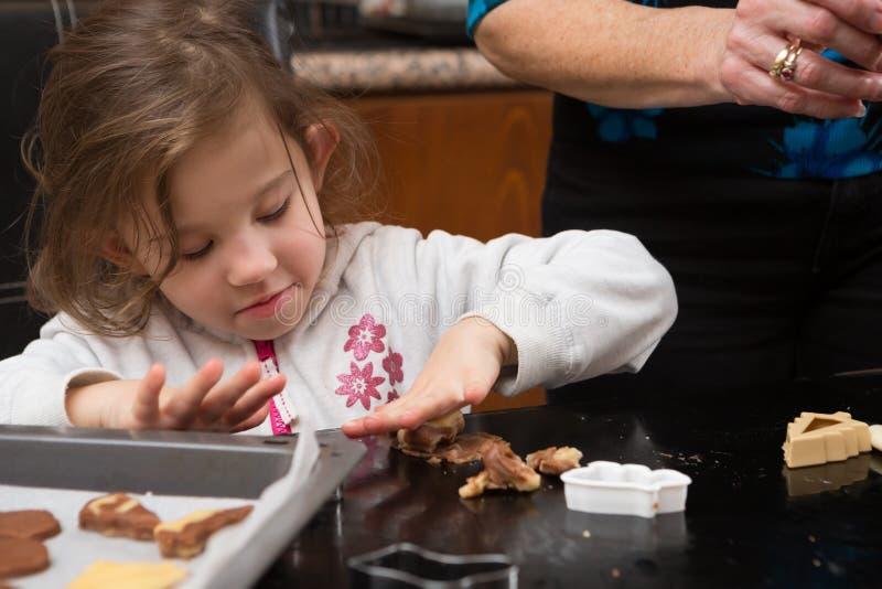 Fille de maman faisant cuire au four ensemble photo libre de droits