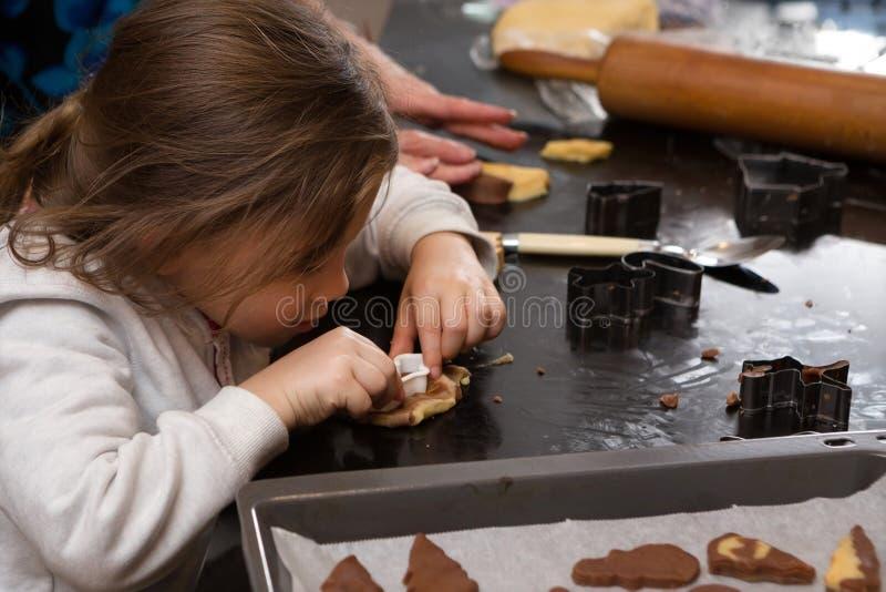 Fille de maman faisant cuire au four ensemble photographie stock libre de droits