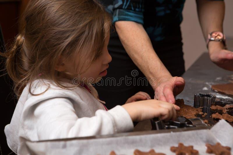 Fille de maman faisant cuire au four ensemble images libres de droits
