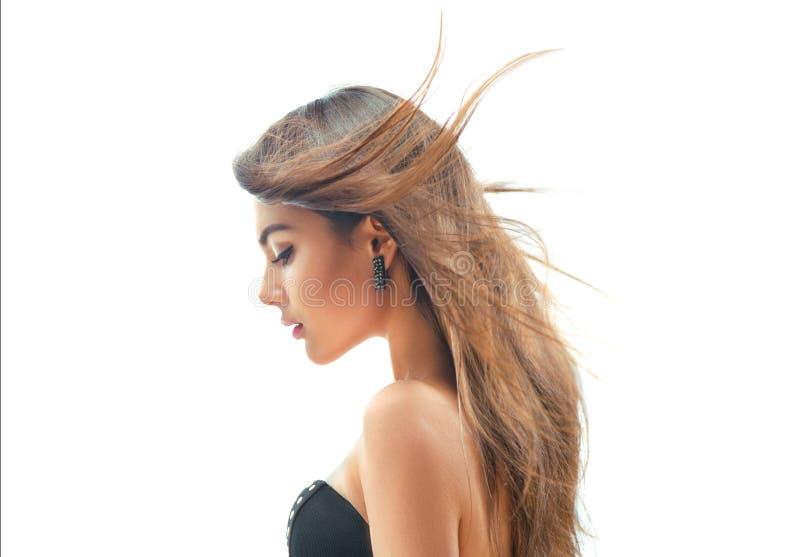 Fille de mannequin avec de longs cheveux de soufflement Femme de beauté d'isolement sur le fond blanc photographie stock libre de droits