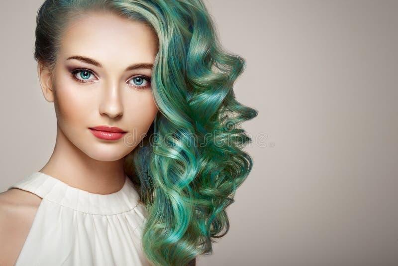 Fille de mannequin de beauté avec les cheveux teints colorés image stock