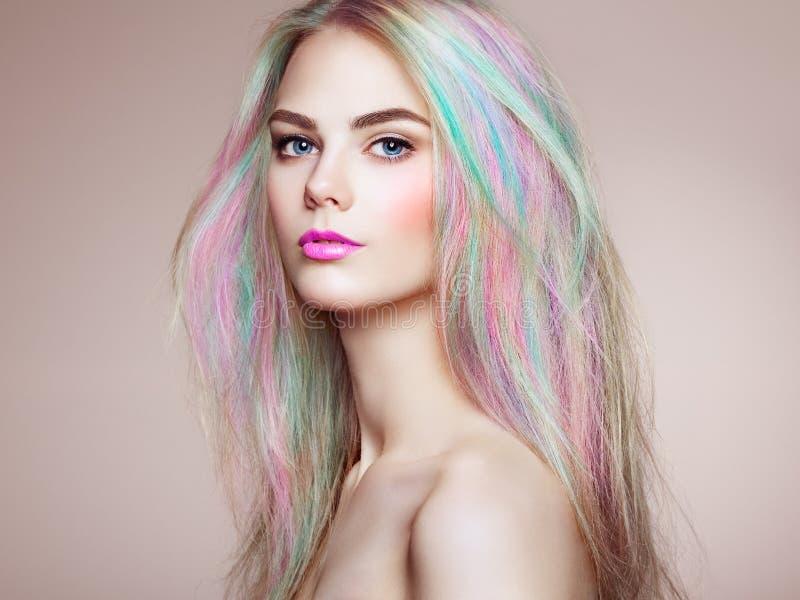 Fille de mannequin de beauté avec les cheveux teints colorés images libres de droits