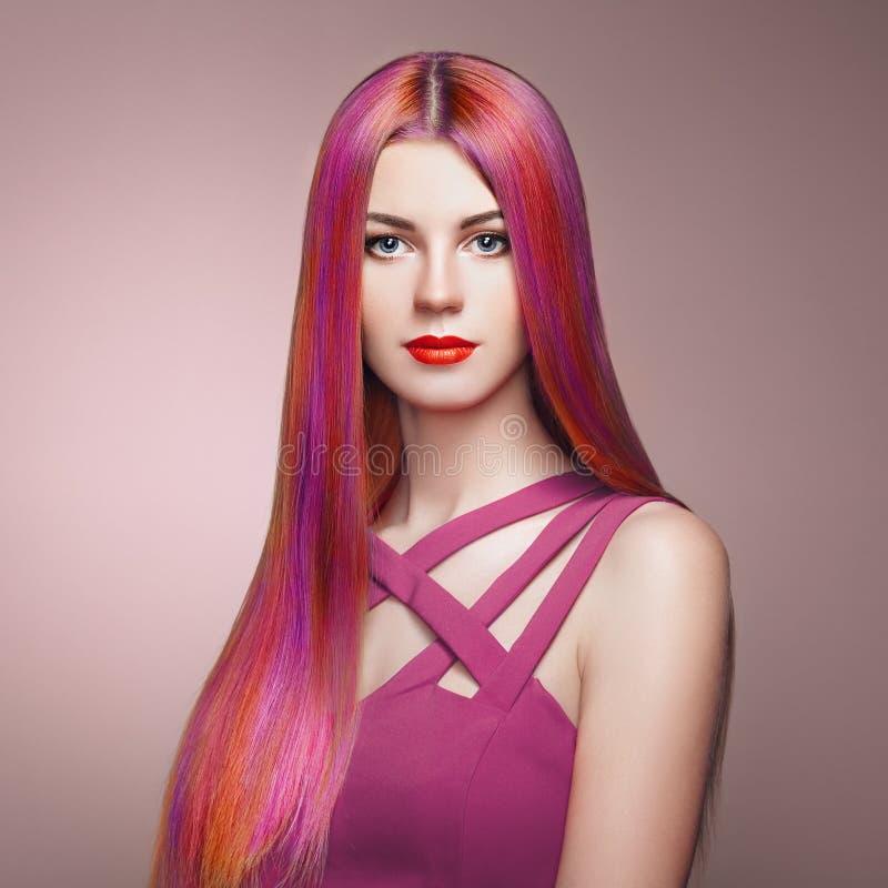 Fille de mannequin de beauté avec les cheveux teints colorés images stock