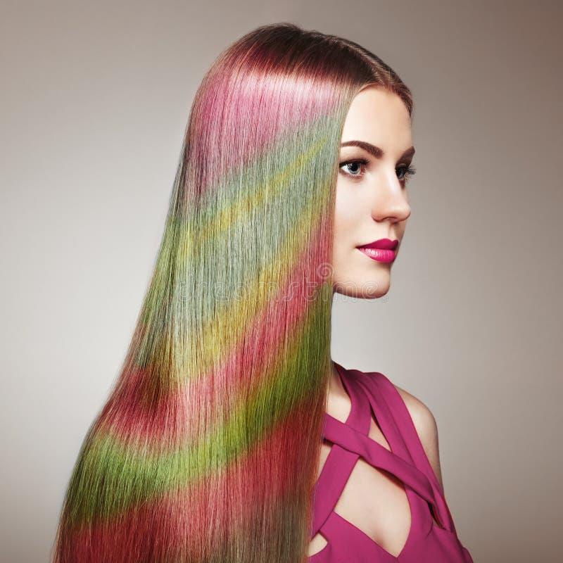 Fille de mannequin de beauté avec les cheveux teints colorés image libre de droits