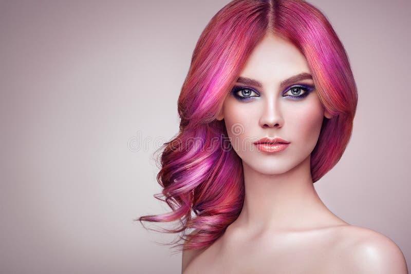 Fille de mannequin de beauté avec les cheveux teints colorés photos libres de droits
