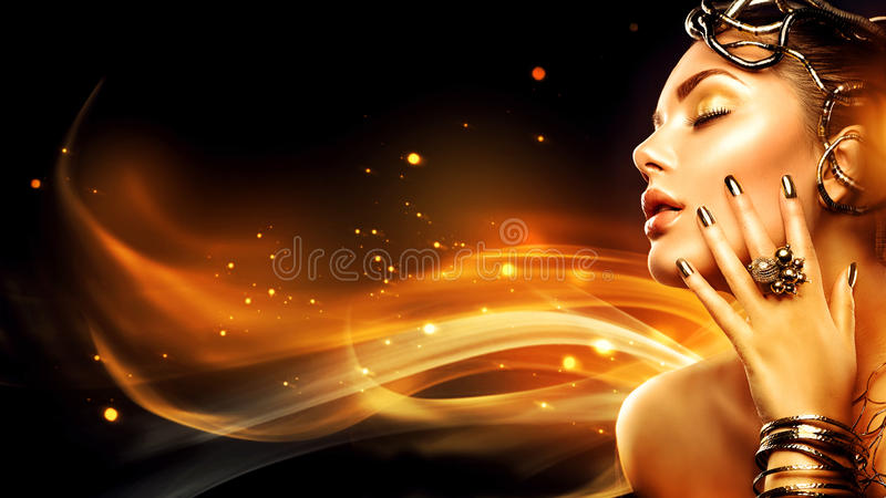 Fille de mannequin de beauté avec le maquillage d'or photo libre de droits