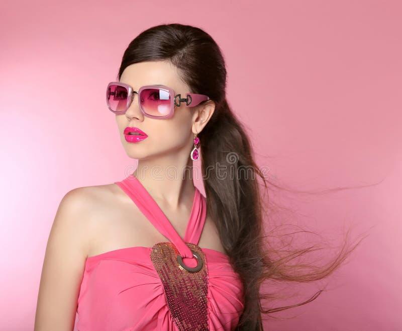 Fille de mannequin de beauté dans des lunettes de soleil avec le maquillage lumineux, longtemps image libre de droits