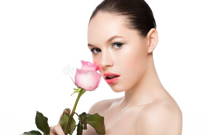 Fille de mannequin de beauté tenant la rose de rose photos libres de droits