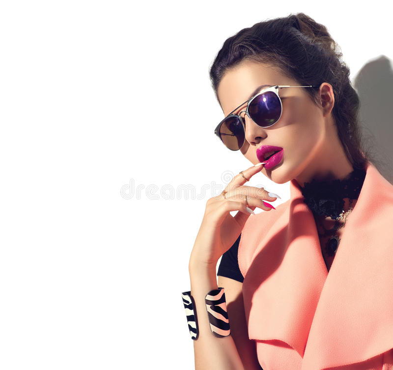 Fille de mannequin de beauté utilisant les lunettes de soleil élégantes photo libre de droits