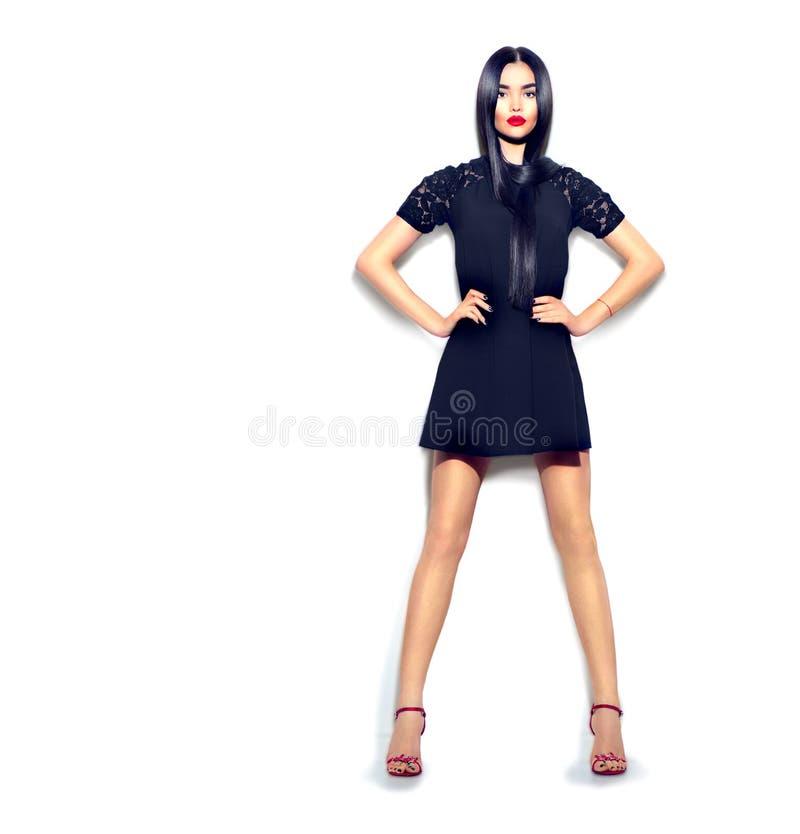 Fille de mannequin portant la robe peu noire sur le blanc photos stock