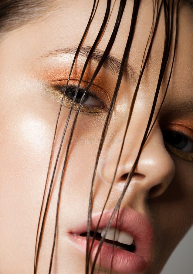 Fille de maquillage de mode de tendance de beauté avec les cheveux humides image stock