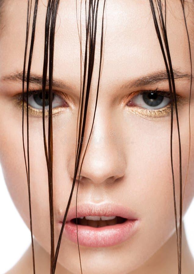 Fille de maquillage de mode de tendance de beauté avec les cheveux humides photos stock
