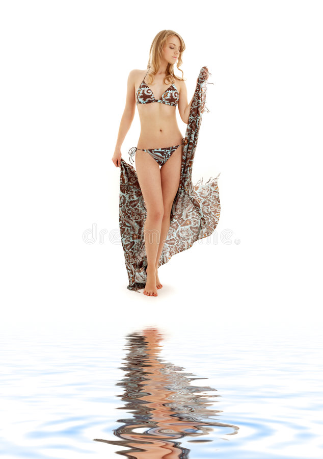 Fille de marche de bikini avec le sarong sur le sable blanc images stock