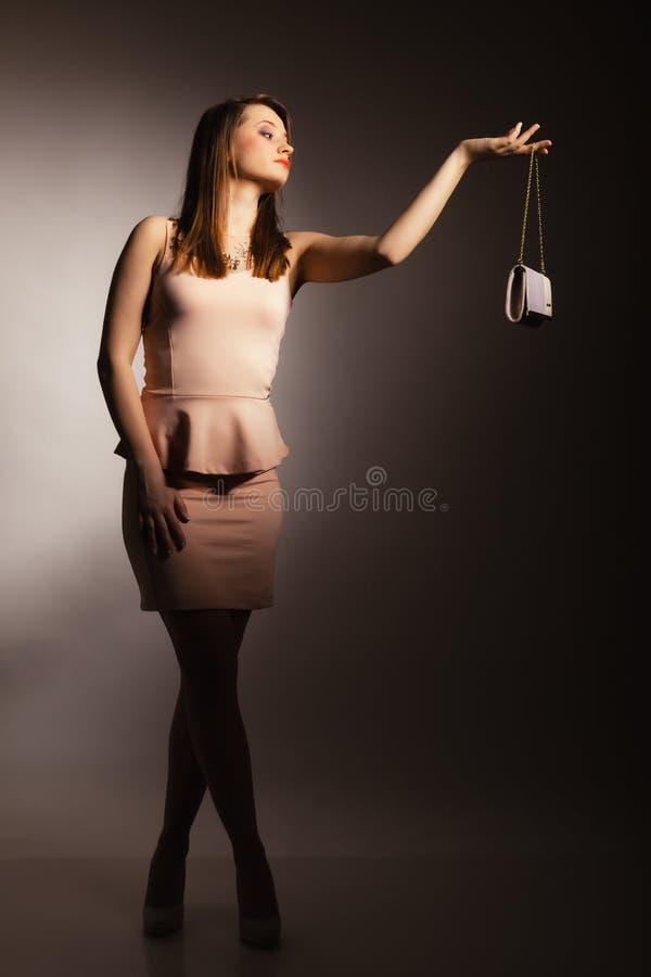 Fille de mode avec le sac élégant de sac à main photos libres de droits