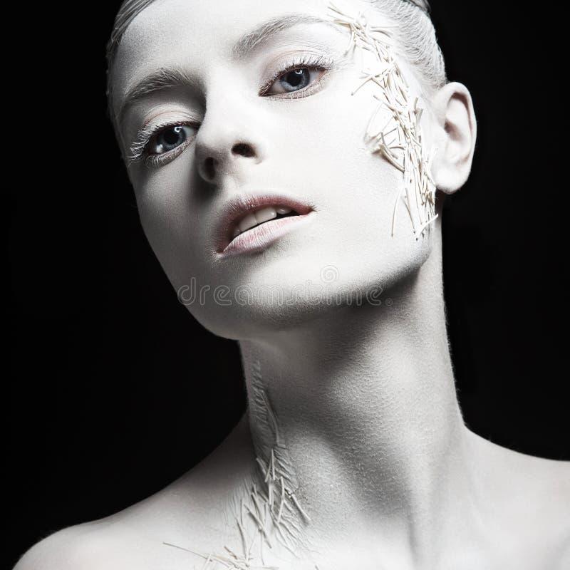 Fille de mode d'art avec la peau blanche créateur a sophistiqué le jeune femme élégant dans la robe blanche de cru avec la rétro  photo libre de droits