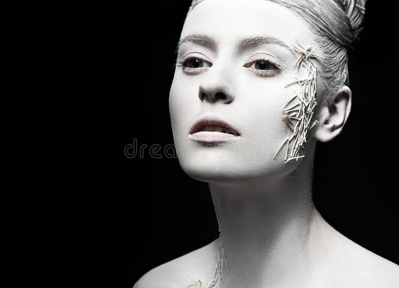 Fille de mode d'art avec la peau blanche créateur a sophistiqué le jeune femme élégant dans la robe blanche de cru avec la rétro  photographie stock