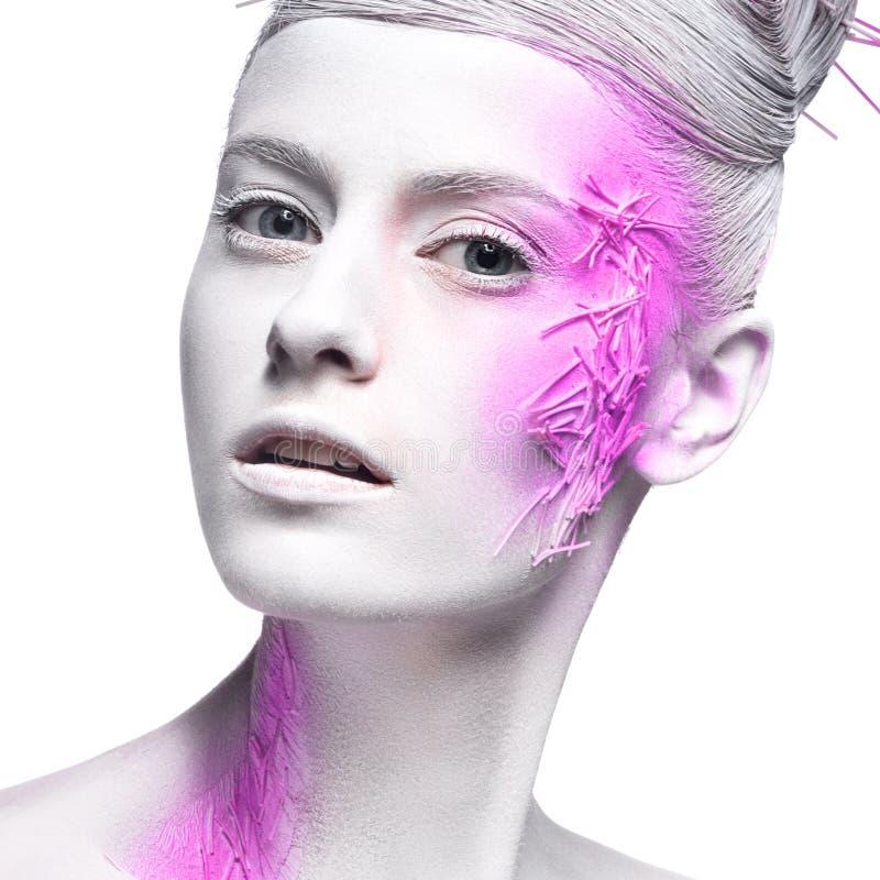 Fille de mode d'art avec la peau blanche et la peinture rose dessus image stock