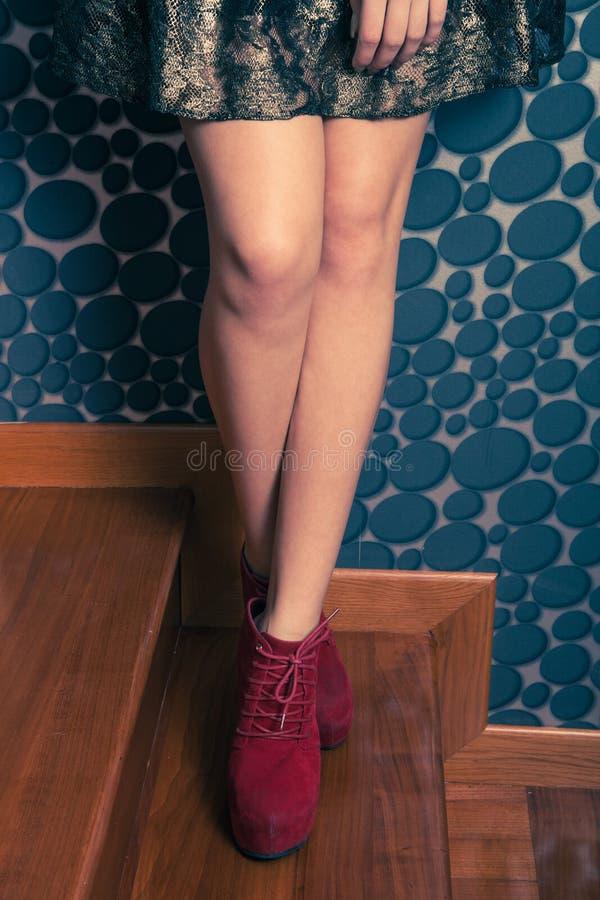 Fille de mode dans des chaussures rouges de talon haut d'intérieur photos stock