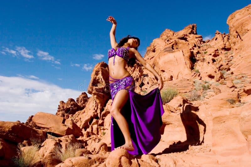 Fille de mode dans la robe de danse de ventre images libres de droits