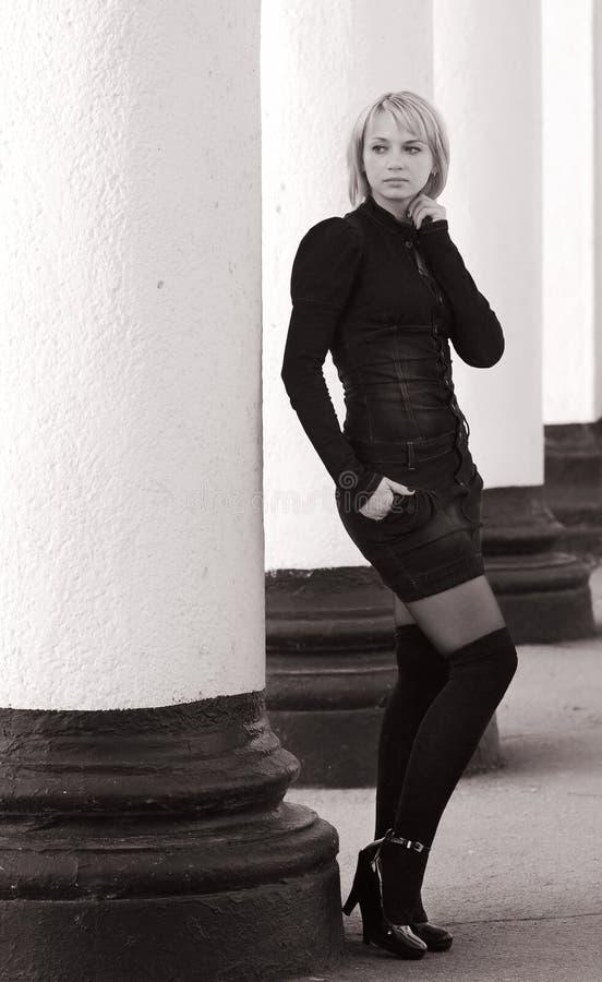 Fille de mode dans noir et le blanc photographie stock