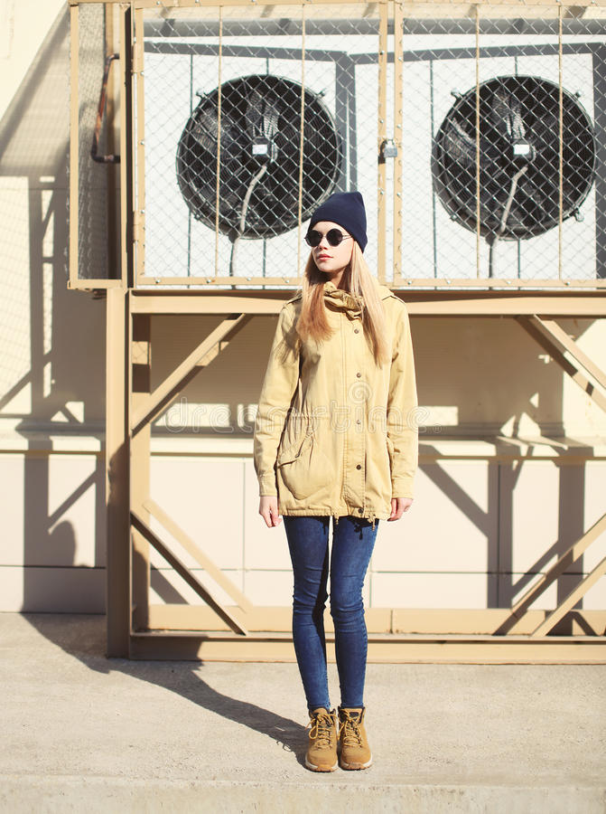 Fille de mode se tenant dans la ville photographie stock