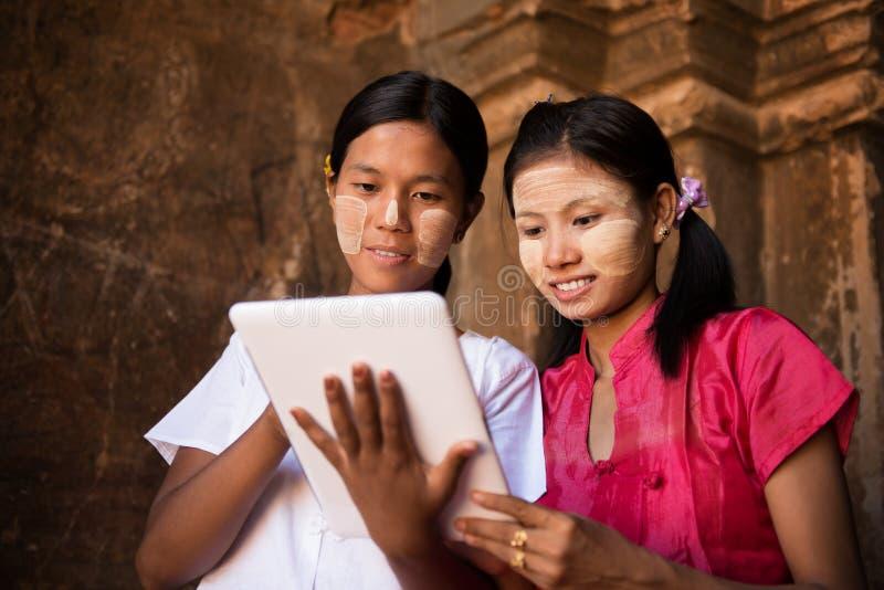 Fille de Myanmar à l'aide du PC numérique de comprimé image stock