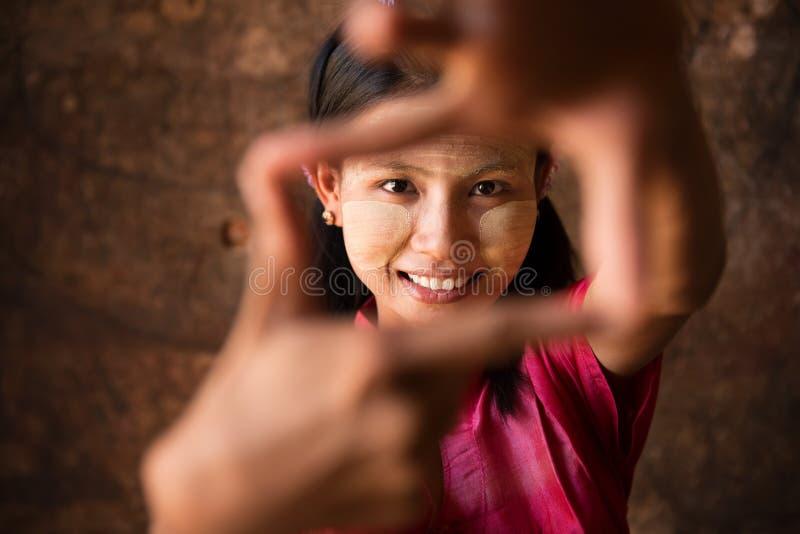 Fille de Myanmar jouant l'amusement. image libre de droits