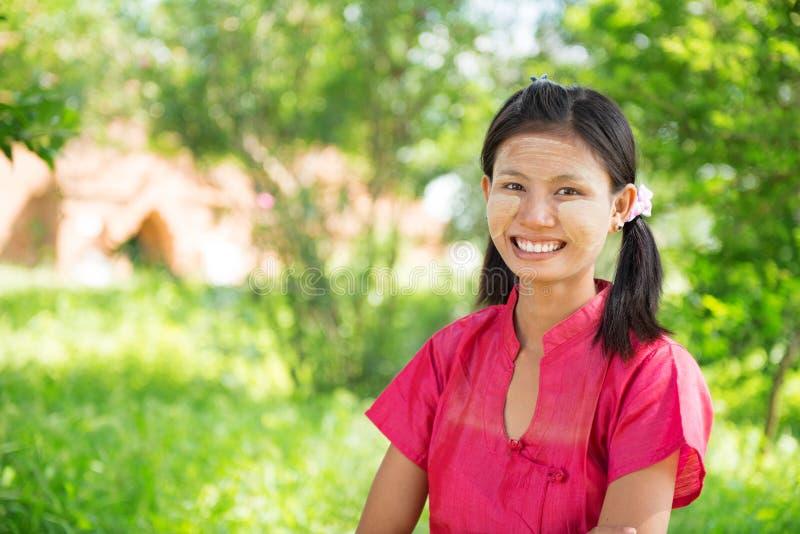 Fille de Myanmar se tenant extérieure. image stock