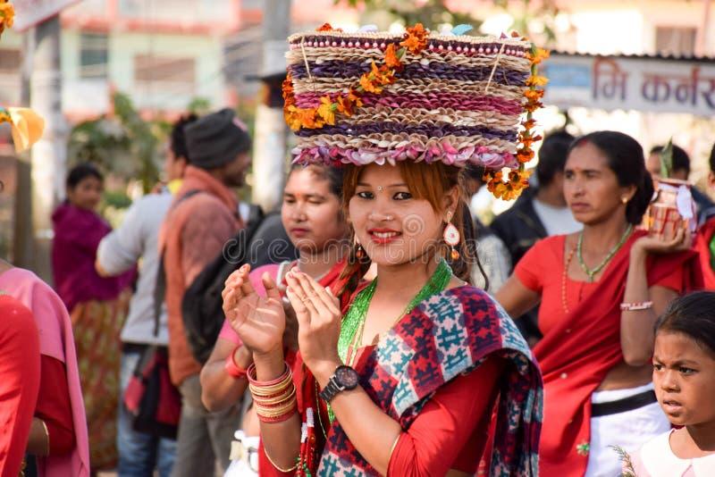 Fille de Nepali dans la robe culturelle photographie stock