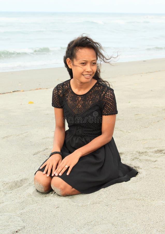Fille de Papuan sur la plage photographie stock libre de droits