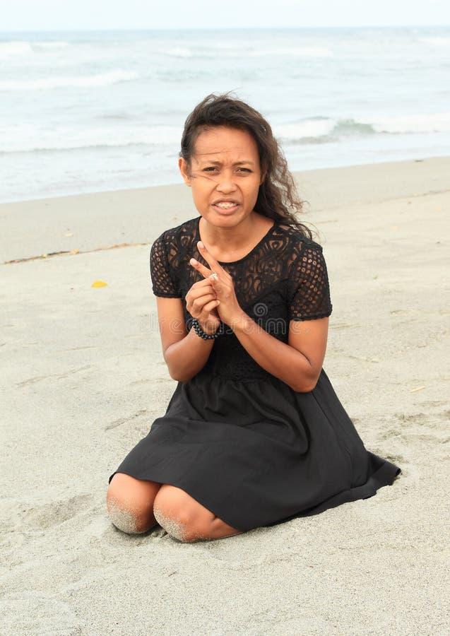 Fille de Papuan sur la plage image stock