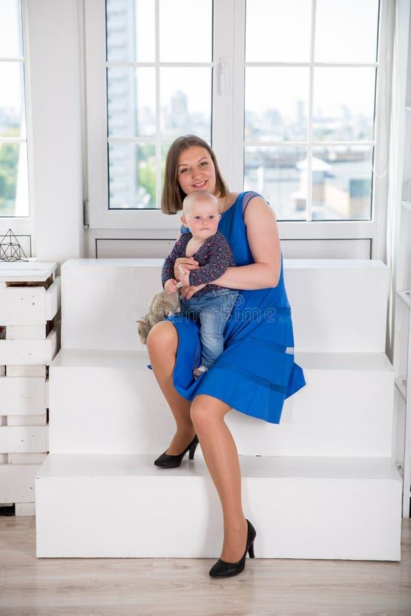 Fille de participation de mère petite avec Toy Rat image stock