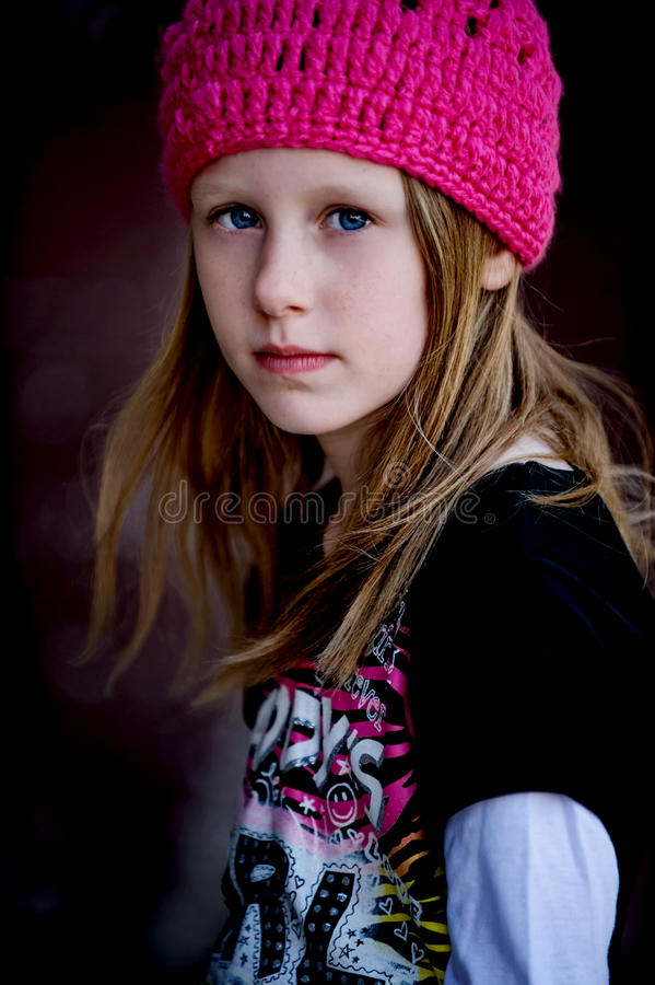 Fille de patineur dans le chapeau rose images stock