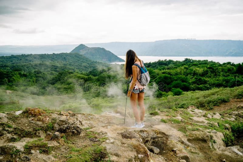 fille de Philippine regardant le lac taal de cratère de volcan de la traînée le long de la jante près de Manille aux Philippines images libres de droits