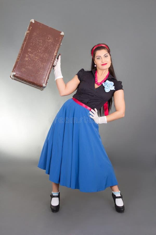 Fille de pin-up attirante avec la rétro valise photos stock